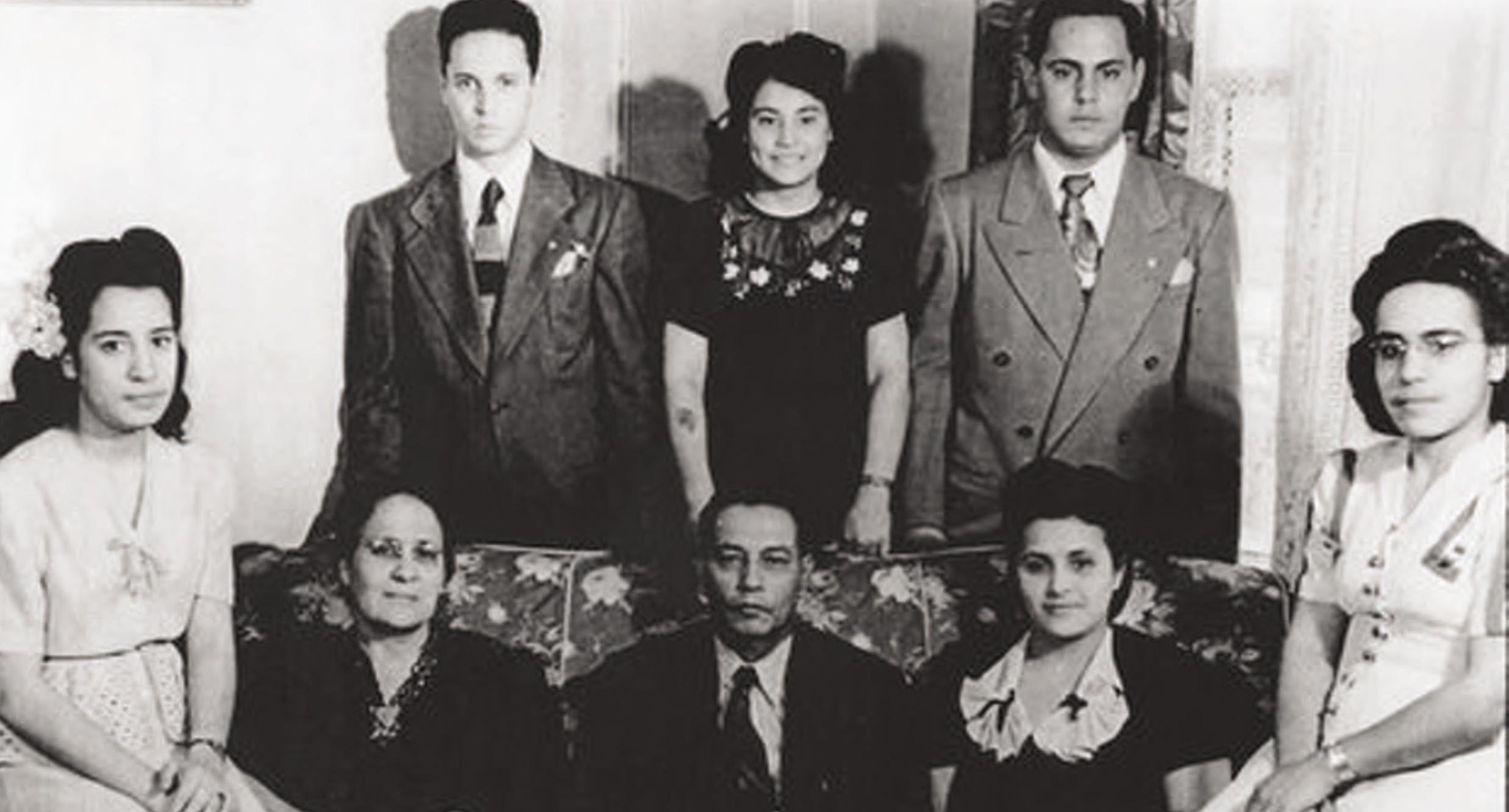 Isabel y Juan Lugo (frontal, central) con sus seis hijos en la ciudad de Nueva York, 1948.