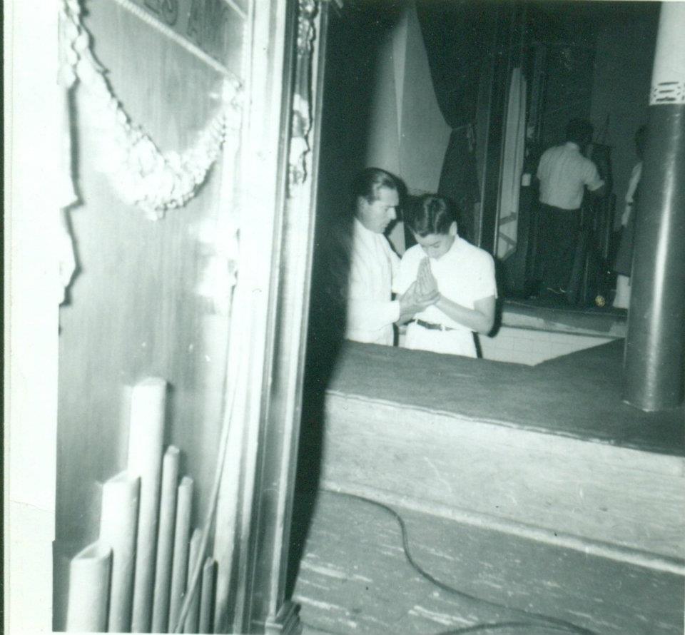 Luis Alicea bautiza a Ismael Escanio.